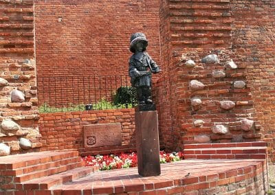 פסל לפארטיזנים הצעירים
