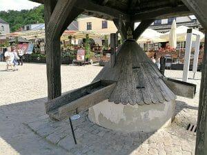 באר מים עם גג העשוי מעץ