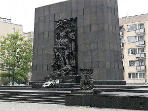 סיור יהודי בוורשה-אנדרטת רפפורט