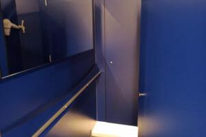 תא הלבשה עם מדף שנועל את הדלתות